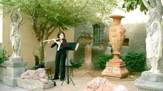 accoglienza musicale nei giardini della biblioteca comunale